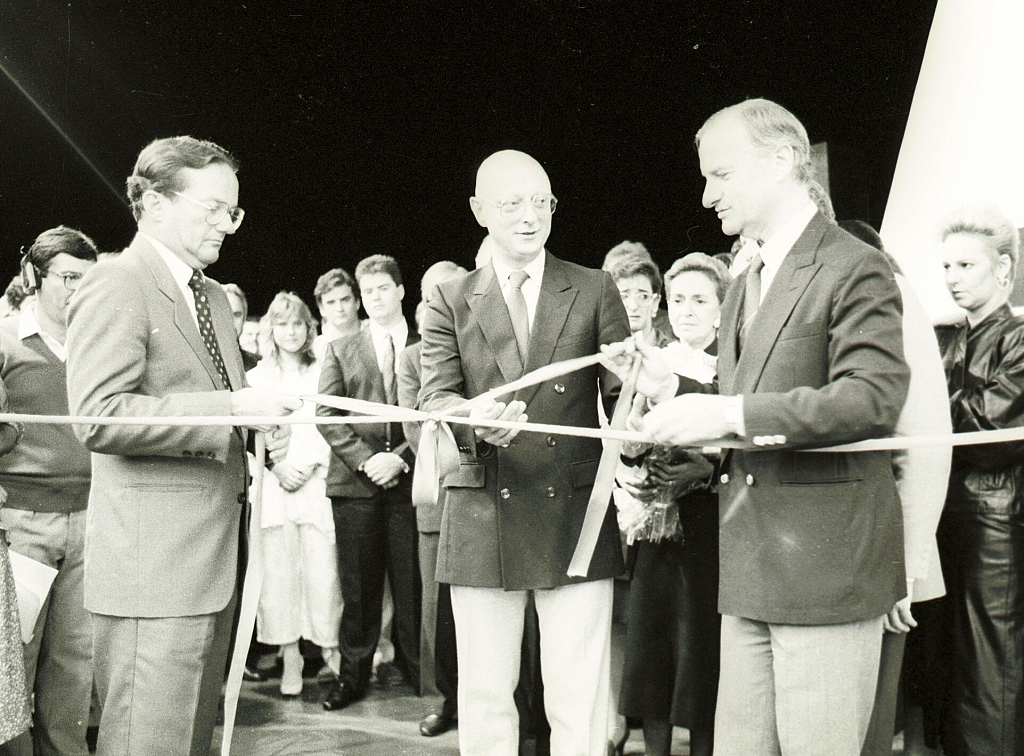 1986 - Diário Catarinense, a newspaper in Florianópolis, Santa Catarina, is inaugurated. Pictured: Esperidião Amin Helou Filho (C), then governor of Santa Catarina, with Jayme Sirotsky ®, then president of RBS.