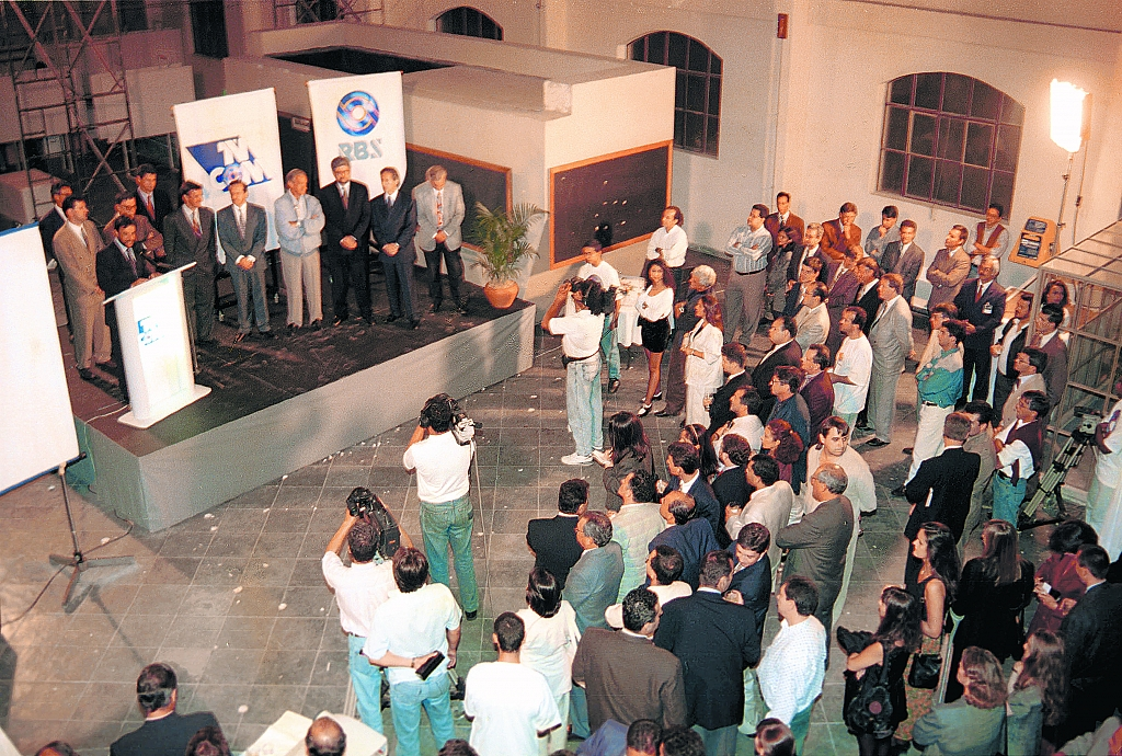 1995 - TVCOM is launched with a cocktail party at Usina do Gasômetro.