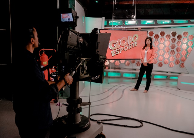 Sport show Globo Esporte's backstage with host Alice Bastos Neves