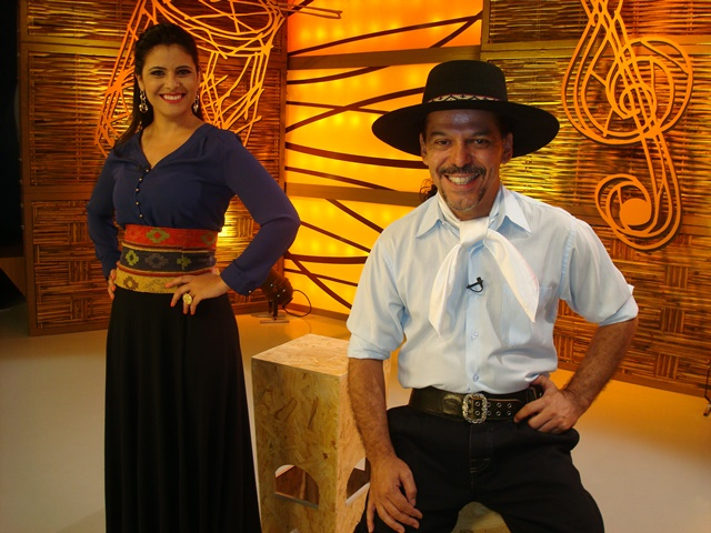 Shana Müller and Neto Fagundes, state folklore show Galpão Crioulo's hosts.